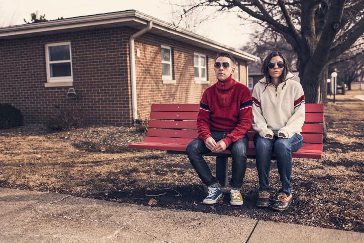 public viewing Wien - zwei Hipster auf einer Parkbank