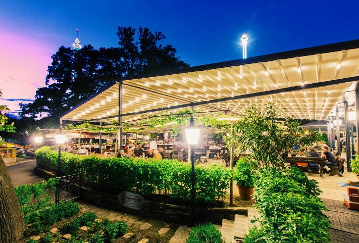public viewing in Wien Kolariks Luftburg Biergarten mit Pflanzen