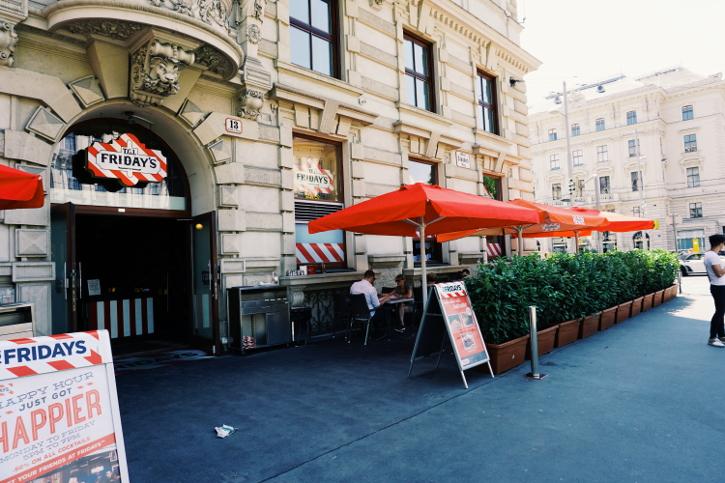 pubic viewing WIen - TGI Fridays Burgerlokal Wien Aussenansicht