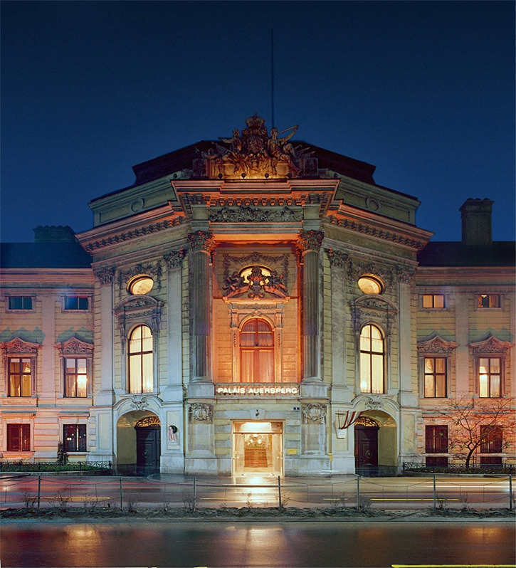 tour through Vienna - the Palais Auersperg by night