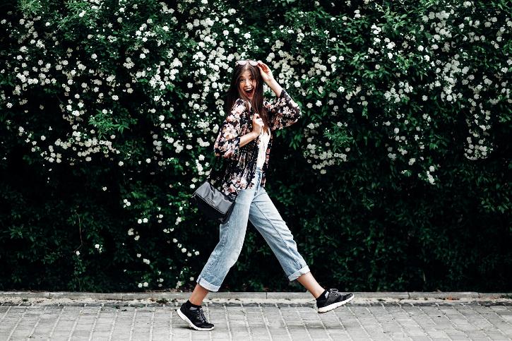 Tour durch Wien zu Fuß - fröhlicher Hipster spaziert