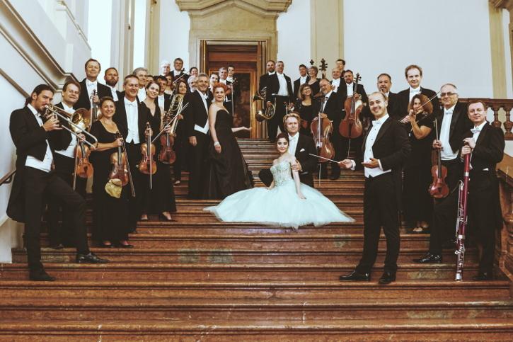 Das Wiener Hofburg Orchester auf der Stiege des Gartenpalais Liechtenstein