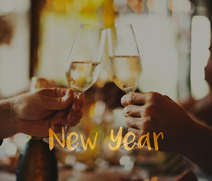 zwei Sektgläser die anstoßen auf das neue Jahr