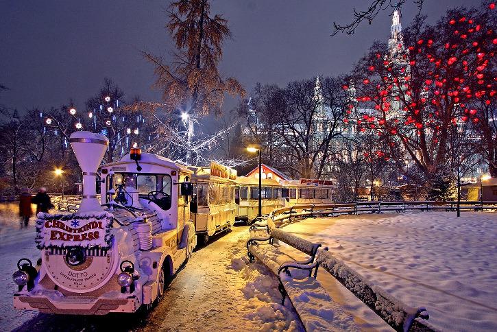 Weihnachtsmarkt Wien - Rathausplatz mit Eisenbahn und Herzchenbaum