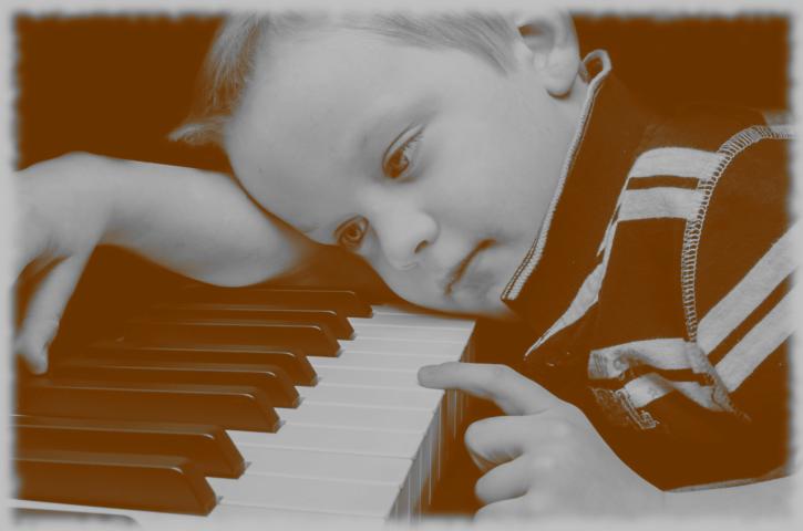 Kind am Klavier als Sinnbild für Mozart und seine Kindheit