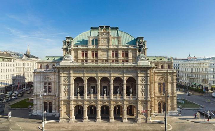 Die Staatsoper Wien Frontansicht mit den 5 Bronzefiguren